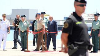 Don Juan Carlos muestra su apoyo a los pescadores y a la Guardia Civil por el trabajo que realizan./Fran Montes