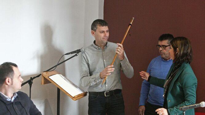 Francisco Gómez recibe el bastón de mando en el salón de Plenos el pasado 19 de diciembre.