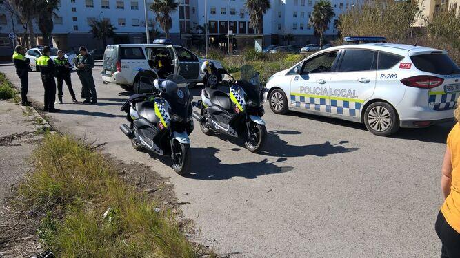 Agentes de la Policía Local y del Seprona que intervinieron en la captura del mono.