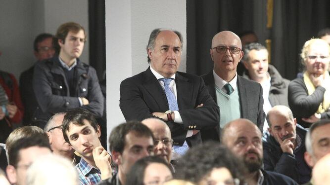 Landaluce, alcalde algecireño, sigue de pie la conferencia.