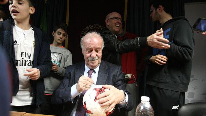 Vicente del Bosque firma un balón tras la ponencia.