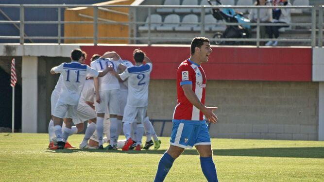 Adrián Máiquez grita a sus compañeros mientras los visitantes se festejan un gol.