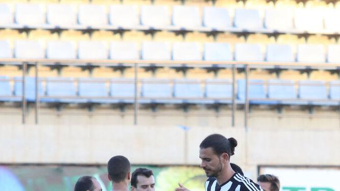 Mario Gómez abandona desolado el campo mientras los jugadores de El Ejido celebran el resultado.