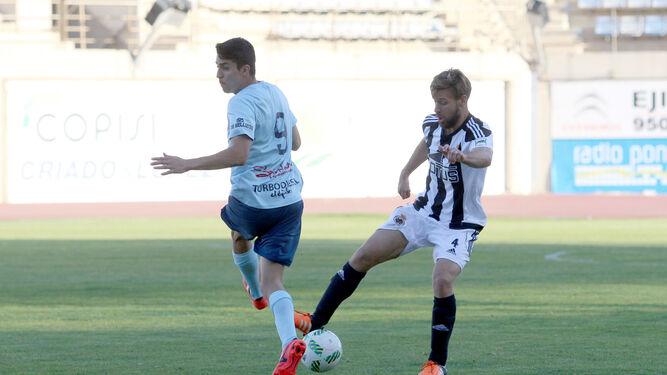 Rafa Navarro se dispone a despejar, obstaculizado por el ejidense Darío Guti.