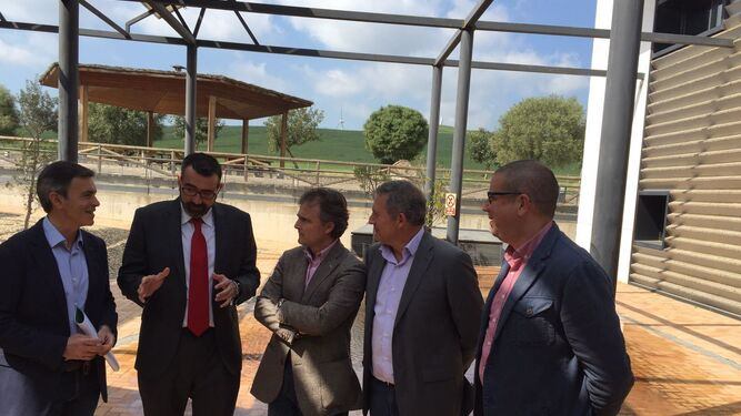 Fiscal, consejero de Medio Ambiente -centro- ayer, en Alcalá de los Gazules.