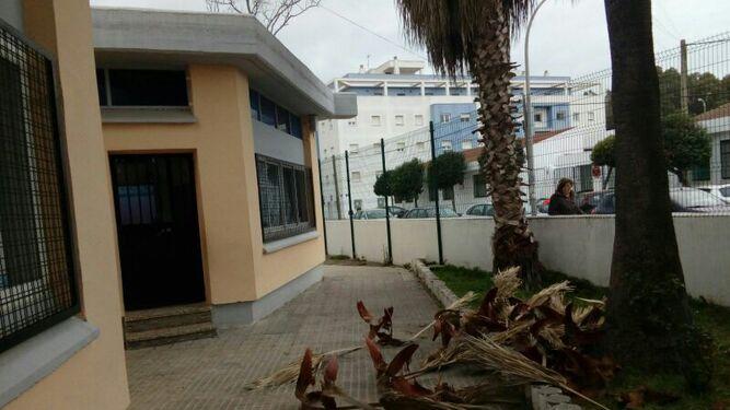 Un árbol sobre un automóvil en Sanlúcar, junto al polideportivo municipal.