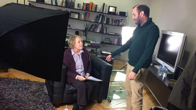1. El director algecireño Juan Manuel Díaz Lima dando instrucciones a Yvonne Blake, durante un instante del rodaje. 2. El cartel del documental. 3. El cineasta, en un instante del rodaje con un figurante vestido de Superman.