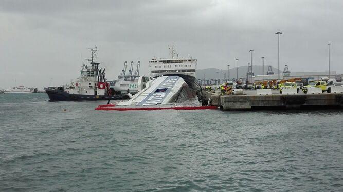 El ferry abandonado, hundiéndose en el puerto de Algeciras