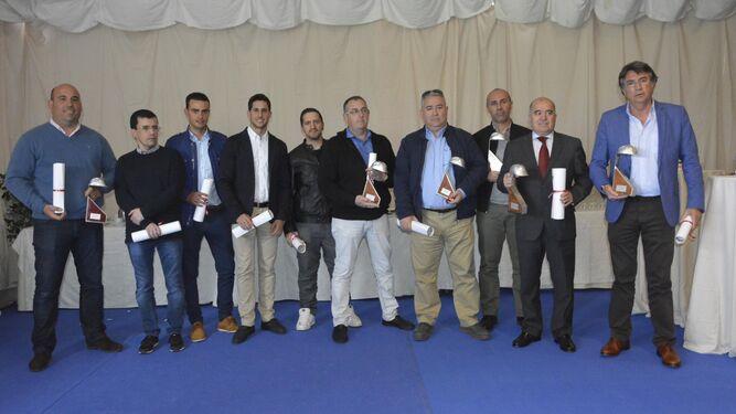 Los premiados con el casco de plata, ayer tras recoger el galardón.