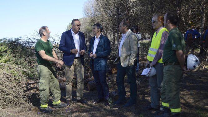 Acuña y Ruiz Boix conversan con delegados de Medio Ambiente.