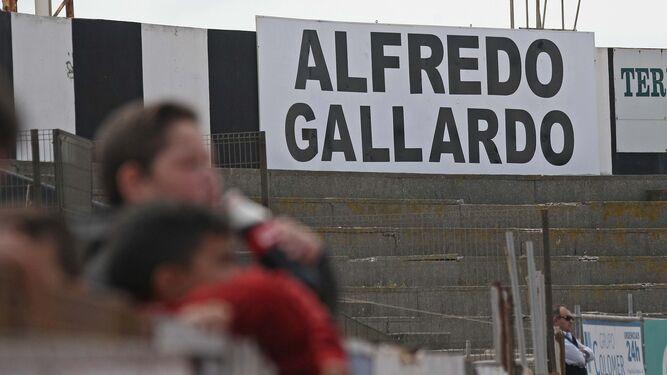 El cartel que aparece en uno de los fondos del estadio, con el nombre del presidente de la Balona.