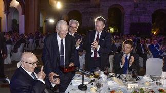 Manuel Olivencia recibe el premio de manos de Manuel Clavero, en presencia de Manuel Jiménez Barrios, vicepresidente de la Junta; José Joly, presidente del Grupo Joly, y Rafael Catalá, ministro de Justicia.