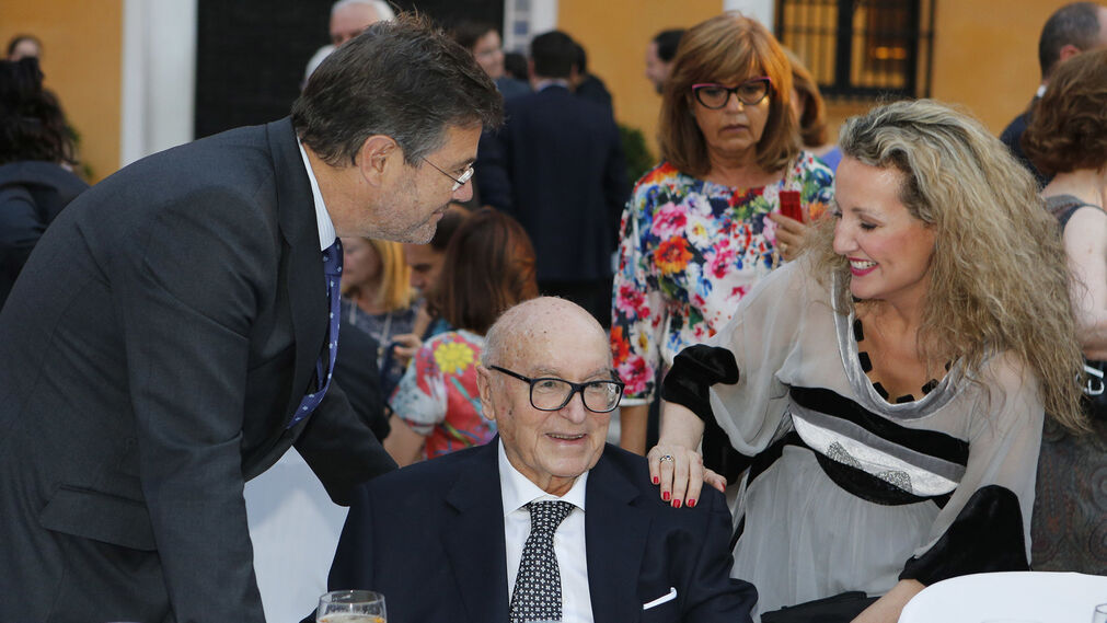 Rafael Catalá y Marita Rufino, con Manuel Clavero.