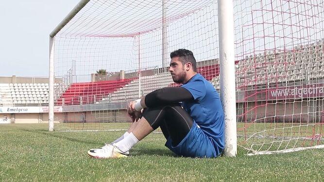 El meta Romero, sentado junto a una portería, en una captura del vídeo.