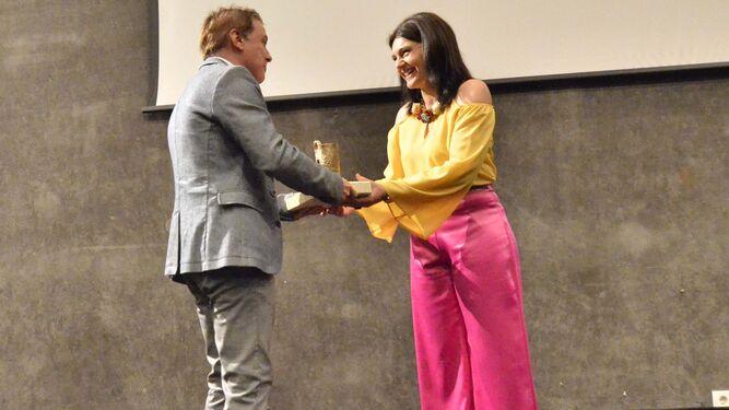 La taekwondoka Desireé Márquez, en el momento de recibir el premio.