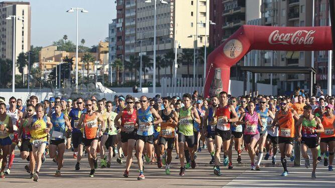 Miles de participantes toman la salida en el Llano Amarillo del puerto algecireño.