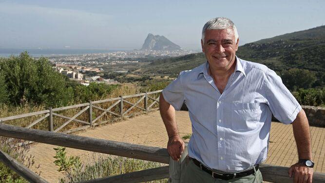 Francisco Mena, en el mirador de El Higuerón con La Línea y Gibraltar al fondo.