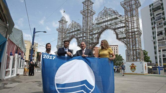 Ávila, Moreno, Landaluce y Pérez, con la bandera azul de Getares.