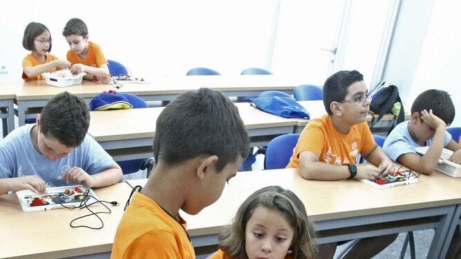 Varios niños trabajan en sus proyectos.
