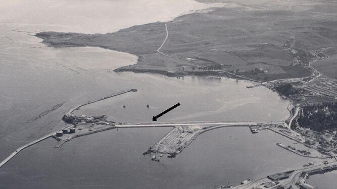 Vista aérea del puerto de Algeciras con la carretera a Isla Verde señalada (1964).