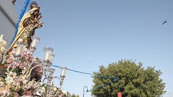 La talla de Nuestra Señora del Carmen saliendo de la parroquia de Palmones para iniciar su procesión.