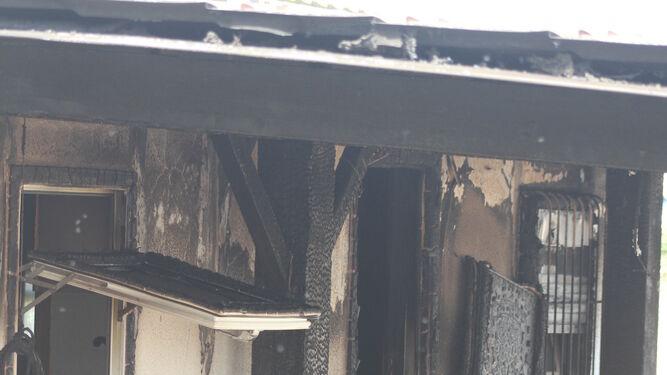 El porche en el que se encontraba la vela que originó el fuego.
