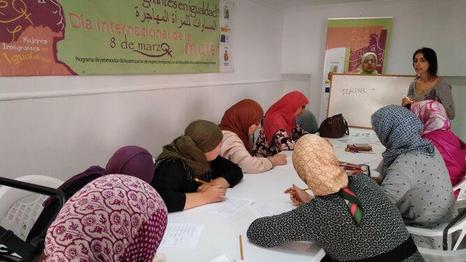 Un taller de español, una de las actividades que forma parte del programa.