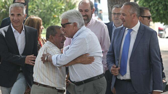 El expresidente González saluda a un ciudadano.