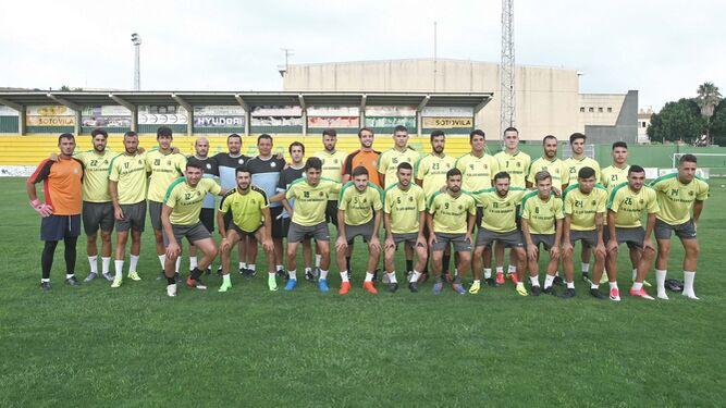 Primera foto de familia de la Unión Deportiva Los Barrios 2017/18, ayer en el San Rafael.