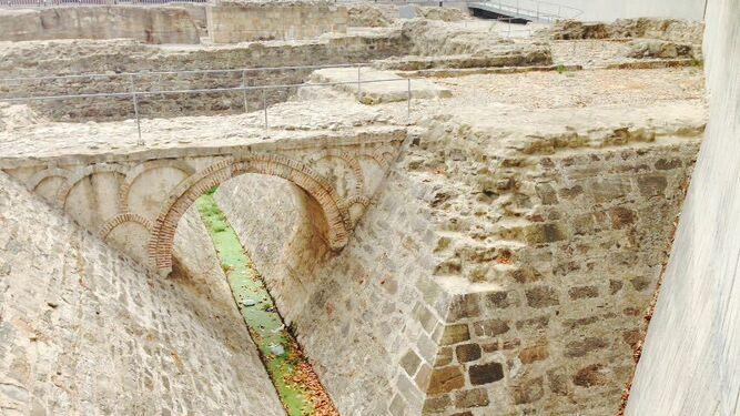 La pancarta instalada en el recinto arqueológico de las murallas medievales, ayer en el centro de Algeciras.