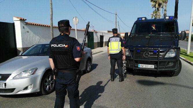 Un control de la Policía Nacional dispuesto en La Línea el pasado mes de junio.