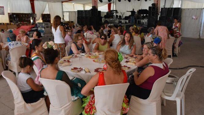 Un grupo de mujeres durante el almuerzo de la asociación Carmen Brú.
