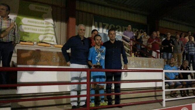 Juamp, con el título entre Gallardo y Abel García.