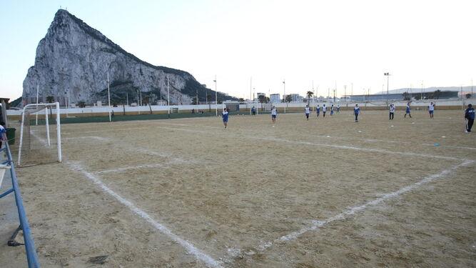 Uno de los campos de fútbol de albero que pasarán a ser de césped sintético.