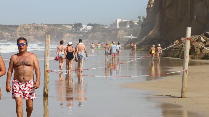 Los visitantes pasean tan tranquilos entre las playas del Roqueo y la Fuente del Gallo.