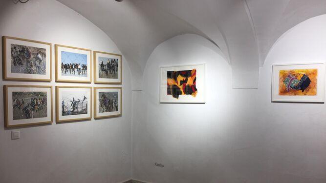 Vista de la sala Ortega Brú con las obras de Alonso Gil (izquierda) y Kimica (derecha).