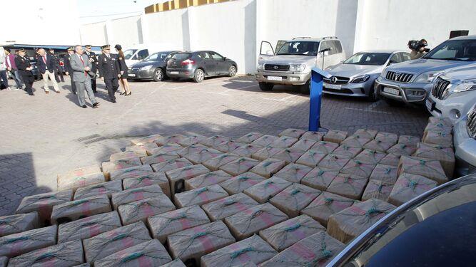Droga y vehículos robados que fueron intervenidos por la Policía Nacional.
