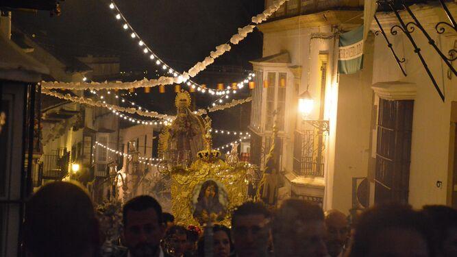 Santa María Coronada, por las calles de San Roque.
