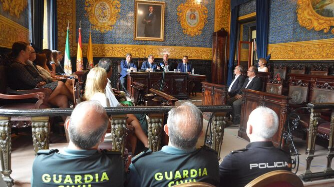 Juan Ignacio Zoido (en la mesa, segundo por la izquierda) durante su visita al Ayuntamiento de Algeciras ayer.