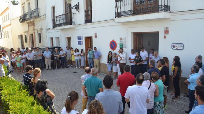 Vecinos y representantes municipales, ante el Ayuntamiento de Tarifa.