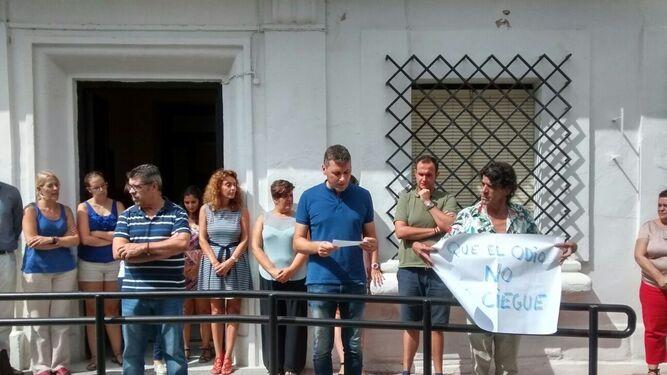 El alcalde de Jimena, Fran Gómez, lee un manifiesto.