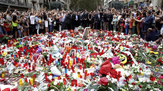 Los Reyes presiden el homenaje a las víctimas del atentado en Las Ramblas.