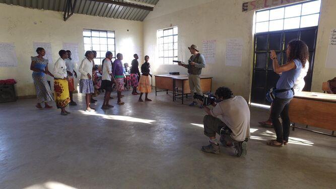 El equipo de rodaje de 'La Manzana de Eva', durante su proceso de trabajo en África.