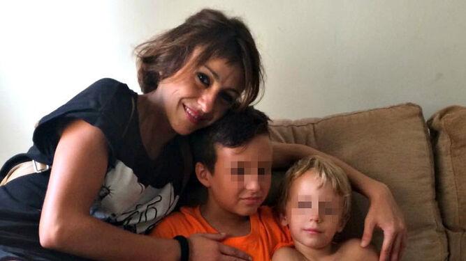 Juana Rivas con sus dos hijos.