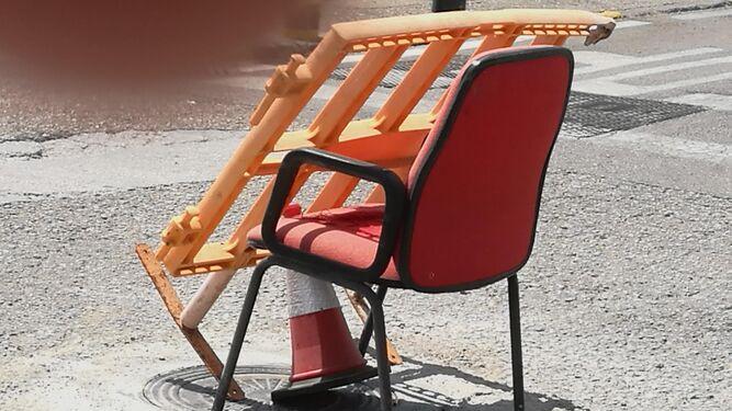 1. Una silla señalizando una obra realizada en una arqueta. 2. Accesos a instalaciones y suministros en mal estado por el intenso trasiego de vehculos.