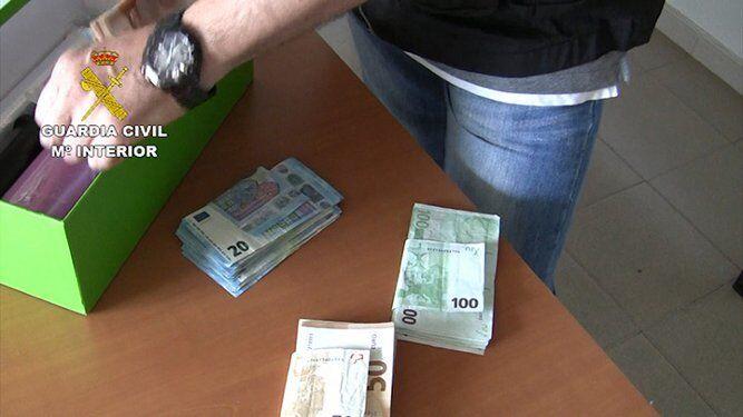 Parte del dinero intervenido en un registro.