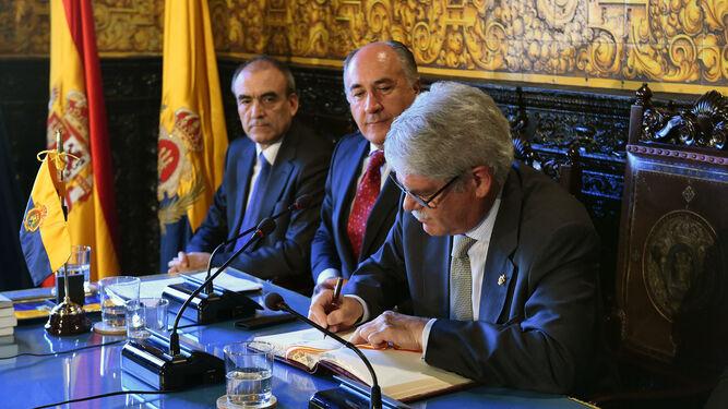 Dastis firma en el Libro de Oro del Ayuntamiento.