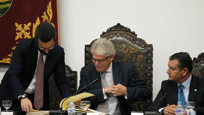 Landaluce impone la insignia de Algeciras a Dastis.