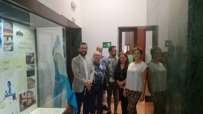 Juan Franco, Encarnación Sánchez y Carmen García, junto a miembros de PHL en la inauguración.