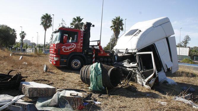 La cabina del camión en el que viajaban las dos personas se despegó del trailer y quedó completamente destrozada.